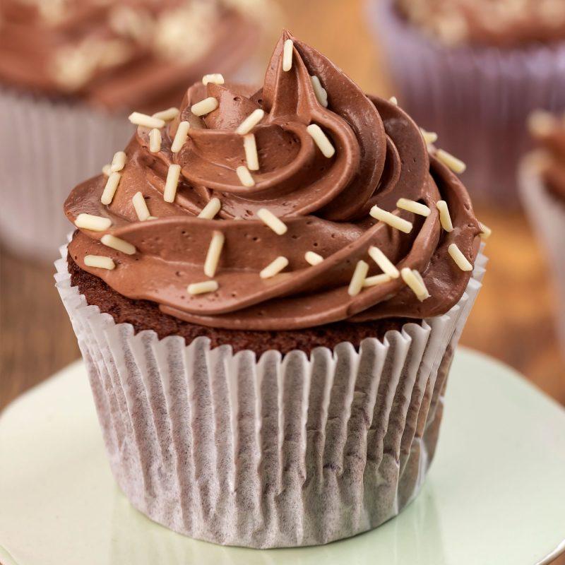 Cupcake de chocolate e avelã com vermicelli branco